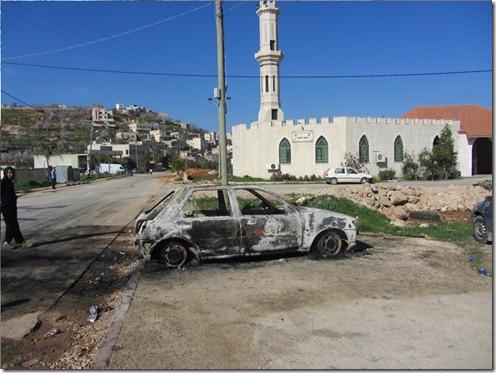 """רכב שהוצת ע""""י מתנחלים בקוסרא. צילום: עבד אל-כרים א סעדי, בצלם"""