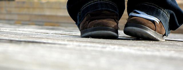 נעליים של ילד מפונק שלא משתתף בצעדה (תמונה: dakotilla)